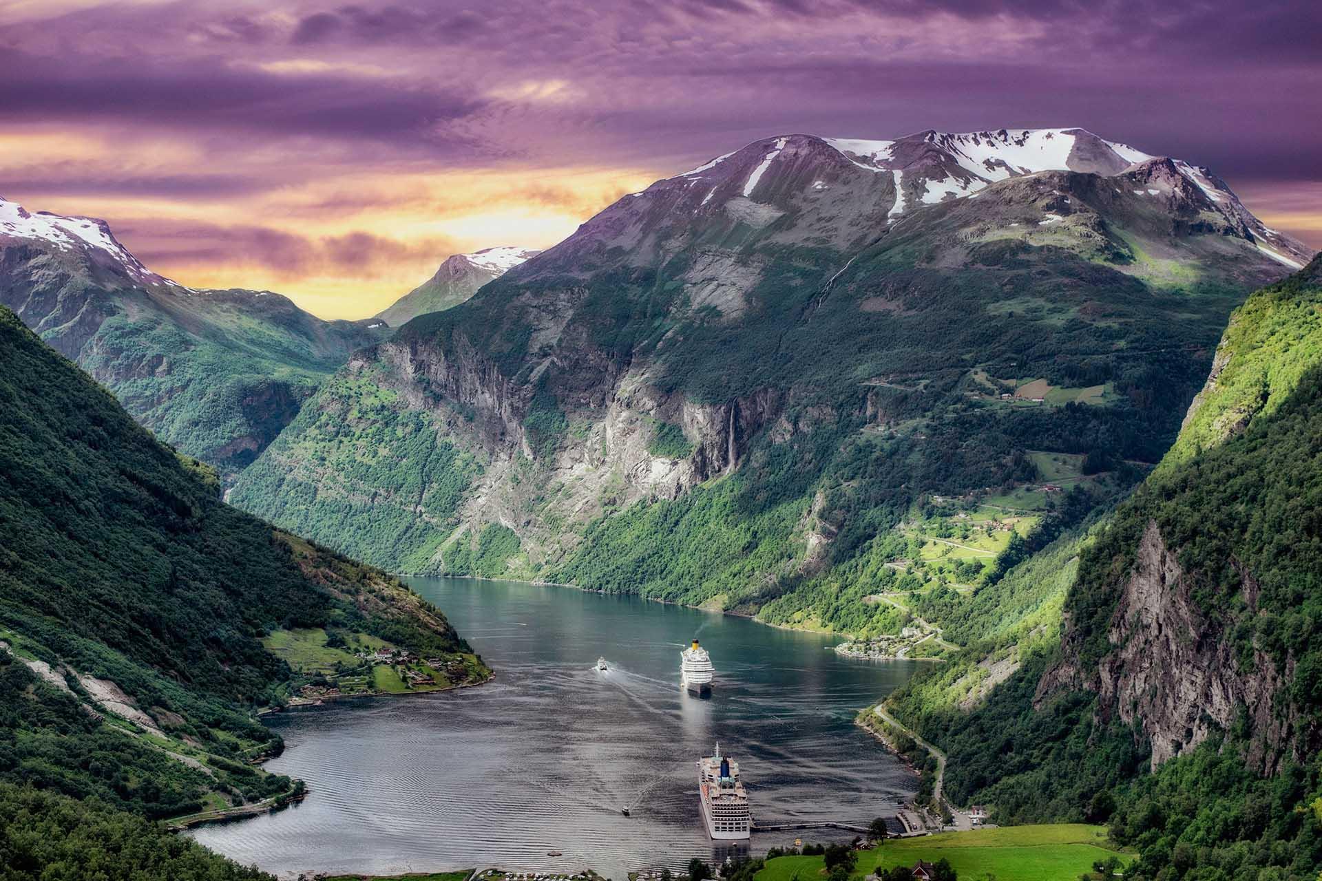 cruceros que navegan por los Fiordos Noruegos
